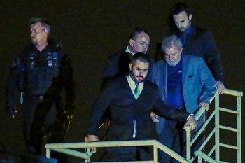 Luiz Inácio Lula da Silva llega a la sede de la policía Federal de Curitiba donde se encuentra encarcelado.