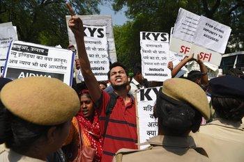 """Activistas y estudiantes indios se manifiestan contra el """"silencio político"""" tras caso de violación en Uttar Pradesh."""