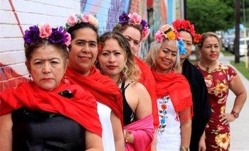 Mujeres vestidas con los típicos atuendos que caracterizaron a la pintora mexicana Frida Kahlo