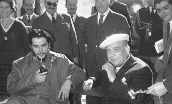 """Ernesto """"Che"""" Guevara y Eduardo Víctor Haedo, presidente del Consejo Nacional de Gobierno, toman mate  en """"La Azotea"""", Punta del Este, en agosto de 1961, tras una reunión de un organismo de la OEA"""