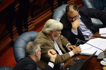 Eduardo Bonomi rodeado por Jorge Vázquez y Charles Carrera en la interpelación del miércoles