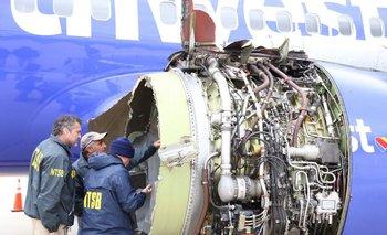 Investigadores examinan los daños del avión de Southwest Airlines tras el accidente.