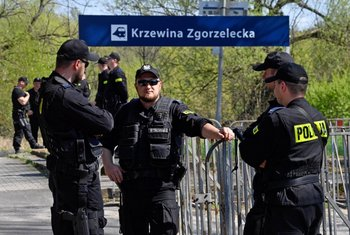"""Policía polaca monta guardia en la estación de tren al otro lado del río Neisse, cerca de la sede del festival neonazi """"Schild und Schwert"""""""