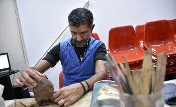 Miguel (48) trabaja en una escultura sobre el barro