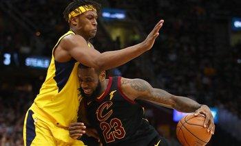 Myles Turner tratando de frenar a LeBron James en el partido del domingo de los Cavaliers contra los Pacers