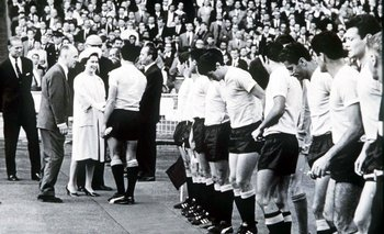 El capitán Horacio Troche presenta el seleccionado celeste a la reina Isabel II el 11 de julio de 1966 en Wembley, en la apertura de la Copa del Mundo de Inglaterra. El resultado final fue Inglaterra 0-Uruguay 0.