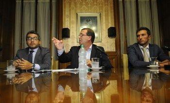 De León en conferencia de prensa con sus abogados