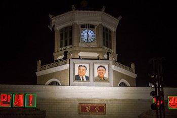 Reloj sobre la estación central de trenes en Pyongyang