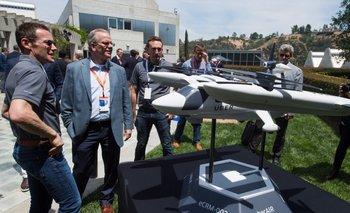 Ejecutivos de Uber y autoridades estadounidenses frente a un prototipo a escala del taxi aéreo