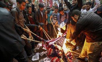 <div>La furia con la que contestaron los iraníes a la decisión de Trump: prendieron fuego una bandera estadounidense de papel</div><div><br></div>