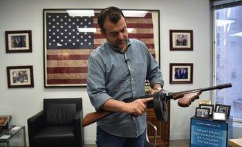 Soufan sostiene un arma antigua del FBI durante una entrevista con AFP en Nueva York