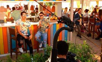 Chyno Miranda y Agustín Casanova durante la grabación del videoclip de <i>Ando buscando</i> en Punta del Este