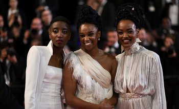 En el medio, la directora Wanuri Kahiu; a sus lados, las dos actrices de <i>Rafiki</i><br>
