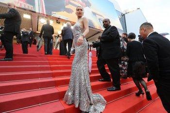 La modelo estadounidense Bella Hadid posa mientras llega este lunes para la proyección de la película <i>BlacKkKlansman </i>en la 71 edición del Festival de Cannes
