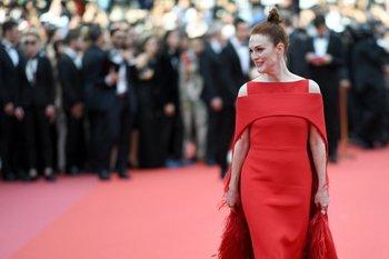 La actriz estadounidense Julianne Moore sonriendo cuando llegaba el martes 8 para la proyección de la película <i>Todos Lo Saben</i> y la ceremonia de apertura de la 71ª edición del Festival de Cannes