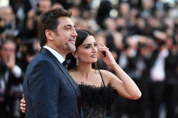 Los actores españoles Javier Bardem y Penélope Cruz posando el martes 8 en la alfombra roja de la proyección de su película <i>Todos Lo Saben</i> y la ceremonia de apertura de la 71ª edición del Festival de Cannes