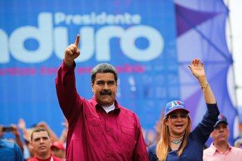 Nicolás Maduro, presidente de Venezuela, junto a la primera dama Cilia Flores durante el acto de este lunes en San Cristobal