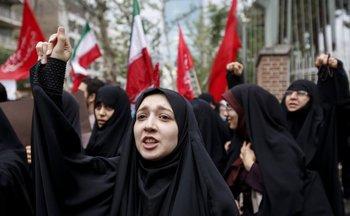 <div>Mujeres iraníes entonan consignas durante una manifestación antiestadounidense frente a la sede de la embajada de Estados Unidos en la capital, Teherán, el 9 de mayo de 2018. Los iraníes reaccionaron el 19 de mayo con una mezcla de tristeza, resignación y desafío al retiro del presidente estadounidense Donald Trump del acuerdo nuclear, con fuertes divisiones entre los funcionarios sobre la mejor manera de responder.</div><div>Para muchos, la decisión de Trump el martes de retirarse del histórico acuerdo nuclear marcó la sentencia de muerte final por la esperanza creada cuando se firmó en 2015 que Irán podría finalmente escapar de décadas de aislamiento y hostilidad de Estados Unidos.</div><div>ATTA KENARE / AFP</div>