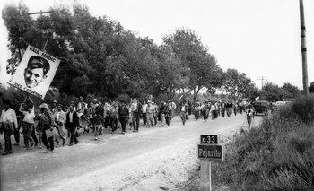 """Marcha de los """"cañeros"""" de Artigas a mediados de la década de 1960. Una pancarta dice: """"Raúl Sendic - Líder campesino"""". Sendic fue organizador del sindicato UTAA"""
