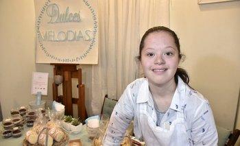 Agustina en el stand de Dulces Melodías en la Feria Máxima