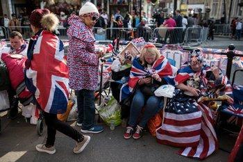 Con banderas y merchandising los británicos acampan para vivir la boda real lo más cerca posible.