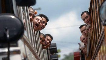 Mareros salvadoreños en ruta a la cárcel.