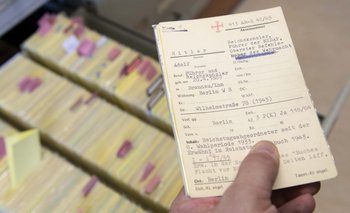 Fiscal alemán muestra una ficha con el nombre de Adolf Hitler en sala de archivos