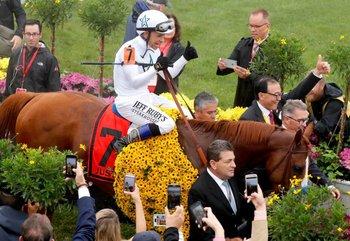 El jinete Mike Smith y el caballo de carreras Justify ingresan al círculo de ganadores en el 143er Preakness Stakes el 19 de mayo de 2018 en Baltimore, Maryland.