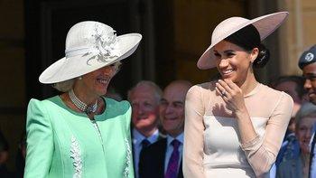 Las duquesas de Cornualles y de Sussex, como muchos de los asistentes, rieron cuando una abeja obligó a interrumpir el discurso del príncipe Harry.