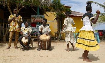 El baile y las canciones garífunas, descendientes de los esclavos negros de África llevados a el Caribe, son Patrimonio Cultural Inmaterial de la Humanidad de la UNESCO.