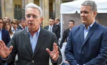 Uribe es uno de los protagonistas de la elección promoviendo la candidatura de Iván Duque (derecha).