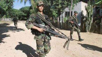 Las políticas de seguridad democrática implementadas por Uribe potenciaron el despliegue de tropa en las zonas donde operaban las FARC.
