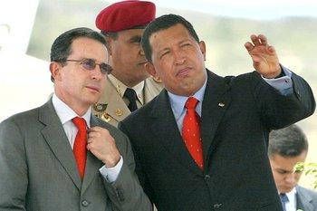 Uribe sostuvo numerosas controversias con su entonces homólogo venezolano Hugo Chávez. Hoy es crítico del gobierno de Nicolás Maduro.