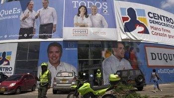 Uribe aparece en numerosos carteles acompañando a Iván Duque.