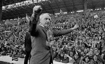 Los aficionados de Liverpool ovacionando a Shankly en 1973 cuando acababan de ganar otro título de la primera división del fútbol inglés.