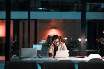Las largas jornadas de trabajo afectan la salud de los empleados.