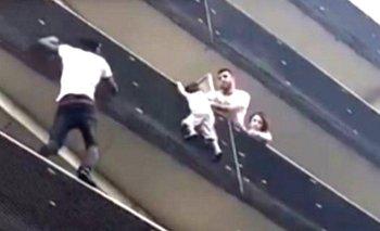 Mamoudou Gassama trepó de balcón en balcón para salvar al niño. (Foto: Facebook)