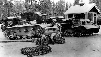 En esta fotografía de febrero de 1940 se ven tanques soviéticos capturados por los finlandeses tras la batalla de Suomussali. (Foto de Topical Press Agency/Getty Images)