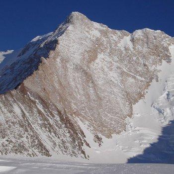 Monte Sisu en la Antártica, 4.208m, bautizado así por el escalador finlandés Veikka Gustafsson. Fotograífa de Damien Gildea.