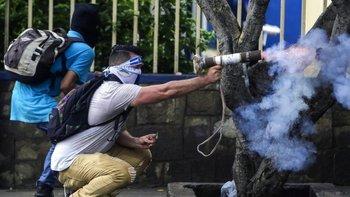 Algunos nicaragüenses acuden a las protestas con armas improvisadas.
