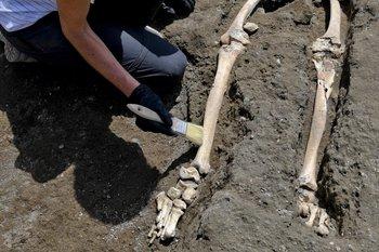 Los huesos muestran que el sujeto tenía una infección en la tibia, lo que hace suponer que tenía una discapacidad y dificultad para moverse.