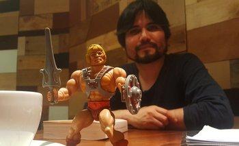 Juan Manuel Robles, aquí con He-man, fue considerado el Bogotá39 como uno de los escritores latinoamericanos más talentosos de su generación.