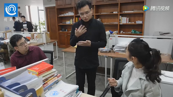 Tang emplea a graduados sordomudos que proporcionan asesoramiento legal a través de videos.