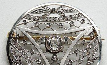 Se rematará un prendedor circular de platino con brillantes y diamantes de 1 quilate