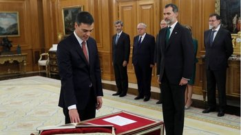 Pedro Sánchez, al jurar el cargo ante el rey Felipe VI.