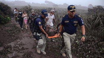 Varias personas fueron rescatadas por el personal de emergencia de Guatemala.