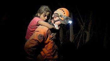 Los rescatistas también trabajaron de noche para salvar vidas.