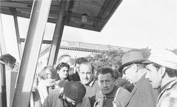 Fila para comprar queroseno en una estación de servicio de Tres Cruces a principio de los años