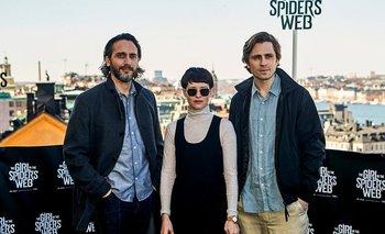 El director uruguayo Federico Álvarez junto a Claire Foy y Sverrir Gudnason, los protagonistas de La chica en la telaraña<br>