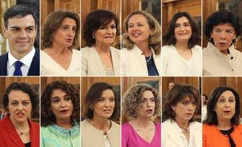 El nuevo presidente del gobierno de España, Pedro Sánchez, y sus 11 ministras